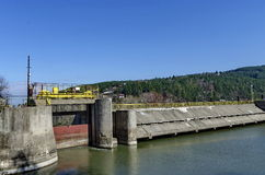 美丽如画的水坝,伊斯克尔河聚集水堰坝和水闸  库存图片