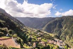 美丽如画的Ribeira马德拉岛的北部的da Janela 库存图片