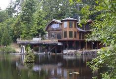 美丽池塘的栅格家 免版税库存照片