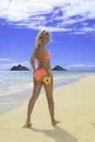 美丽白肤金发在海滩的比基尼泳装 免版税库存照片