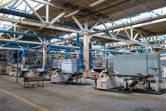 美丽的一条生产线的金属工业设备在一棵建造机器的植物,与机床的一台传动机的产品的 库存图片