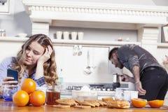 美丽的丈夫早餐为一个乏味妻子做准备 库存照片