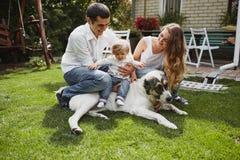 美丽的三口之家人、妈妈爸爸和女儿 库存照片