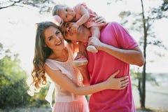 美丽的三口之家人、妈妈爸爸和女儿 免版税库存照片