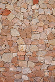 美丽的不用灰泥只用石块构造的石墙 库存照片