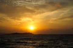 美丽的与光反射的日落copyspace海有风波浪视图,宽甜橙美丽的树荫上色天空 图库摄影