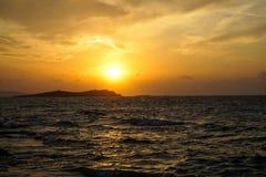 美丽的与光反射的日落copyspace海有风波浪视图,橙色颜色天空美丽的树荫和白色云彩 库存图片