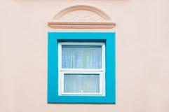 美丽的与在颜色墙壁,与丝光斜纹棉布葡萄牙语的设计上的葡萄酒传统蓝色窗口 图库摄影