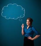 美丽的与想法云彩的夫人抽烟的香烟 免版税库存照片