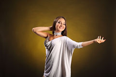美丽的专业舞蹈家执行拉丁美州的舞蹈 激情和表示 免版税库存照片