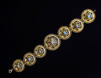 美丽的东方土耳其金和银镯子手工制造在黑暗的背景 库存图片