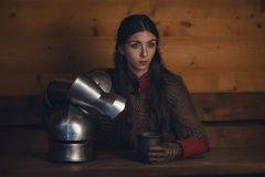 美丽的中世纪女孩战士画象一个chainmail敞篷的有盔甲的在手上 库存照片