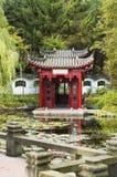 美丽的中国庭院亭子池塘 免版税库存照片