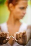 美丽的中断的香烟妇女 库存图片