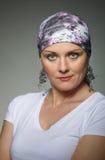 美丽的中年妇女癌症患者佩带的头巾 库存图片