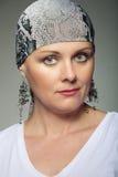 美丽的中年妇女癌症患者佩带的头巾 免版税库存照片