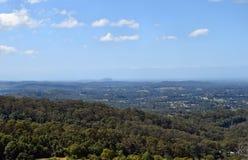 美丽的乡下澳大利亚全景有树木丛生的小山的 库存照片