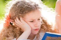 美丽的书女孩一点读取 图库摄影