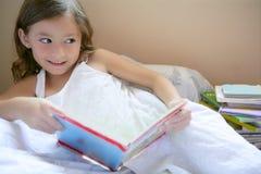 美丽的书女孩一点读取 免版税库存图片
