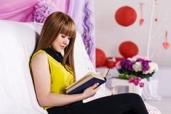 美丽的书女孩一点读取 免版税图库摄影