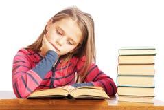 美丽的书纵向读取女小学生 免版税图库摄影