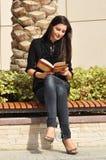 美丽的书读取妇女年轻人 免版税库存照片