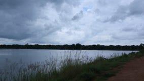 美丽的云彩例证日出水 库存图片