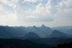 美丽的云彩和山 免版税库存图片