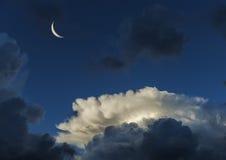 美丽的云彩和新月形月亮 免版税库存图片