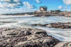 美丽的云彩和波浪在布里坦尼,法国 免版税库存照片