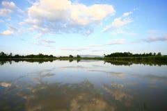 美丽的云彩和蓝天反射在水浮出水面 库存图片