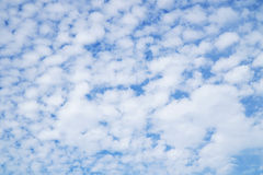 美丽的云彩和bule天空 库存照片