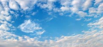 美丽的云彩框架天空 免版税库存图片