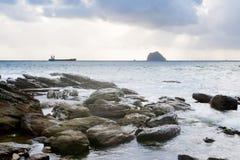 美丽的云彩海岸横向岩石 免版税库存照片