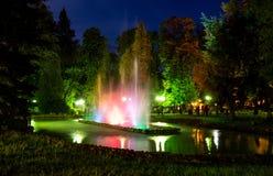 美丽的五颜六色的供水系统在Polanica-Zdrà ³ j的夜期间在波兰 库存照片