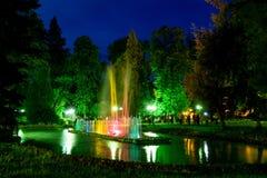 美丽的五颜六色的供水系统在Polanica-Zdrà ³ j的夜期间在波兰 图库摄影