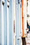 美丽的五颜六色的减速火箭的墙壁在Banska Stiavnica,垂直的comp 图库摄影
