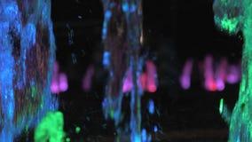 美丽的五颜六色的喷泉特写镜头视图在城市街道上的在晚上 股票视频