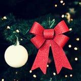 美丽的五颜六色的圣诞节装饰 圣诞树-冬时和节日的概念 库存照片