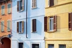 美丽的五颜六色的地中海房子门面在Desenzano del加尔达镇 免版税图库摄影