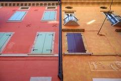 美丽的五颜六色的地中海房子门面在Desenzano del加尔达镇 免版税库存图片