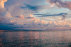 美丽的五颜六色的天空和风平浪静日落的 库存图片