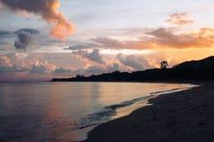 美丽的五颜六色的天空和风平浪静日落的 免版税库存图片