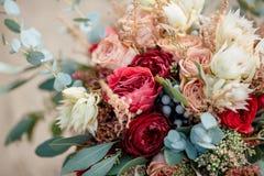 美丽的五颜六色的婚礼花束 免版税库存照片