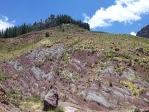 美丽的五颜六色的山山脉de los弗赖莱斯在玻利维亚 免版税库存照片