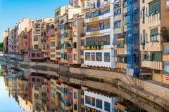 美丽的五颜六色的房子反射河 免版税库存照片