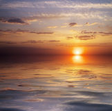 美丽的五颜六色的日落天空和海洋。 免版税库存照片