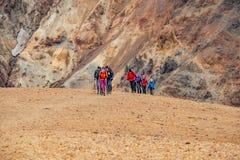 美丽的五颜六色的火山的足迹的,冰岛山兰德曼纳劳卡和徒步旅行者 免版税库存照片