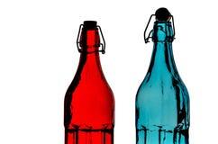 美丽的五颜六色的空的瓶特写镜头有在白色演播室背景隔绝的阻力盖帽的 免版税库存图片