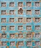美丽的五颜六色的被雕刻的木门作为一个建筑艺术设计元素 免版税图库摄影